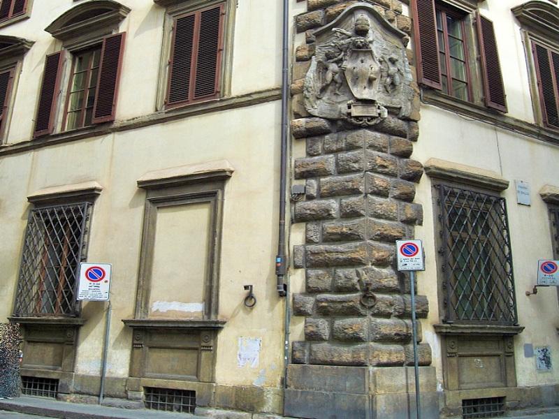 La finestra murata di Palazzo Pucci a Firenze