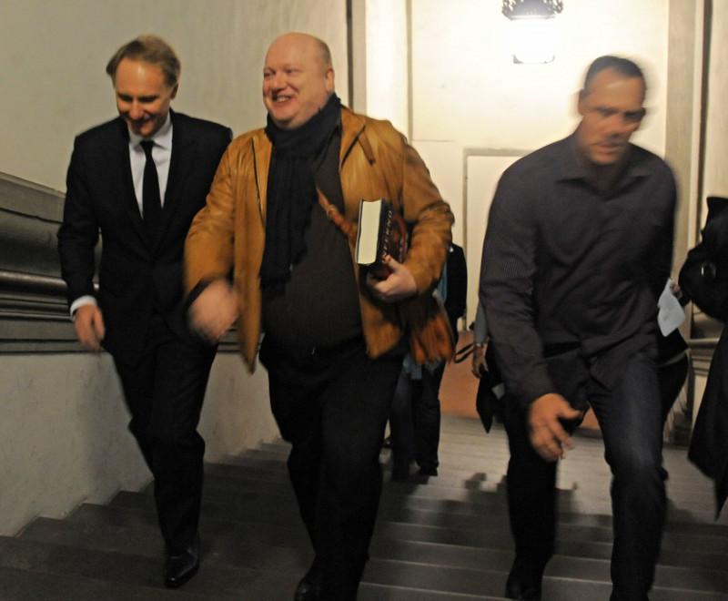 sinistra in giacca e cravatta) mentre sale a Palazzo Vecchio