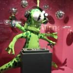 """Michela Natella """"Disco Music. Disco Alien"""" Un alieno di cartapesta e velluto protagonista dietro alla sua consolle: un djset alternativo che propone musica assolutamente alternativa"""
