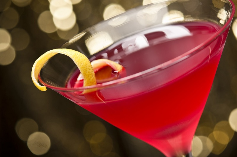 Cosmopolitan-cocktail-with-lemon-garnish